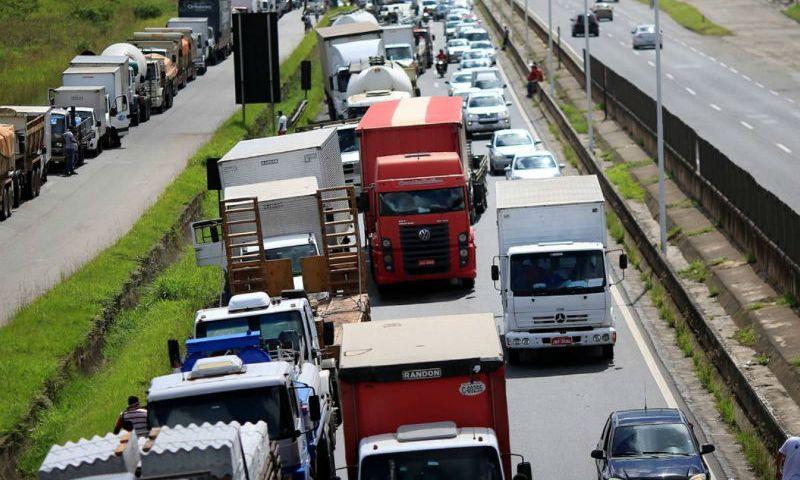 Caminhoneiros, empresários e governo discutem cálculo do frete