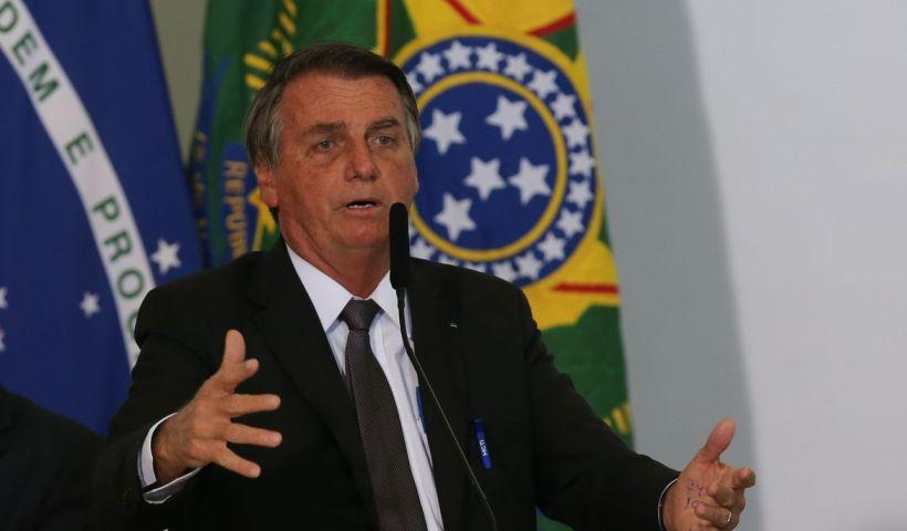 Bolsonaro passa por exames para investigar soluços