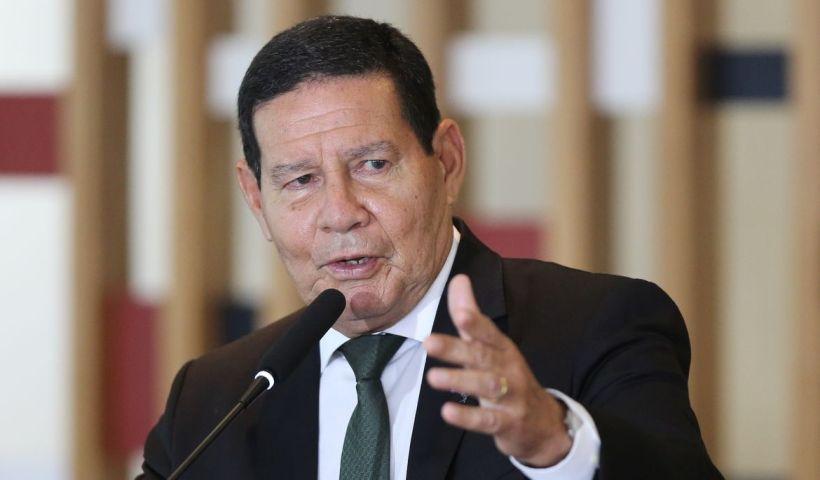 Com Bolsonaro internado, Mourão participa de conferência em Angola até domingo