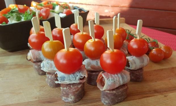 Tomate, Dattel und Würstchen auf den Spieß stecken