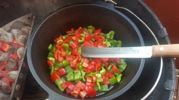 Die Paprika wird angebraten