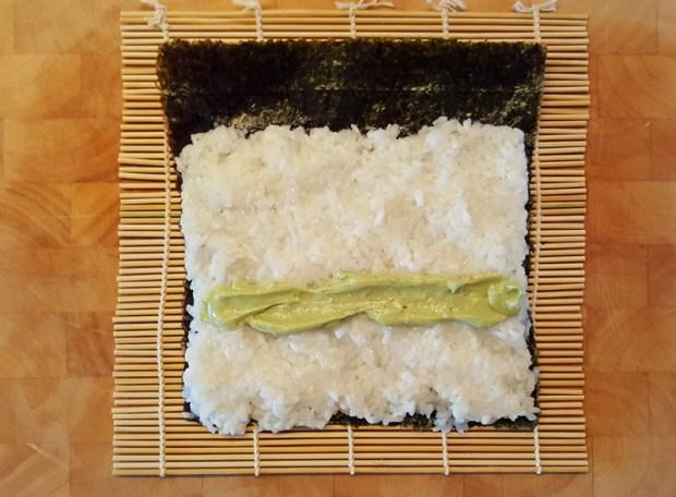Reis auf das Nori-Blatt geben