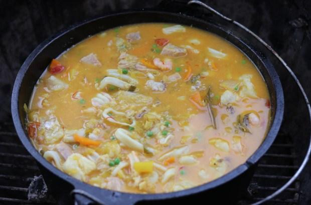 Fischsuppe mit Salz & Pfeffer abschmecken