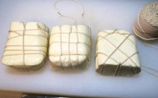モッツァレラチーズの燻製 〜焼いて美味しいスカモルツァ・アフミカータの手作り