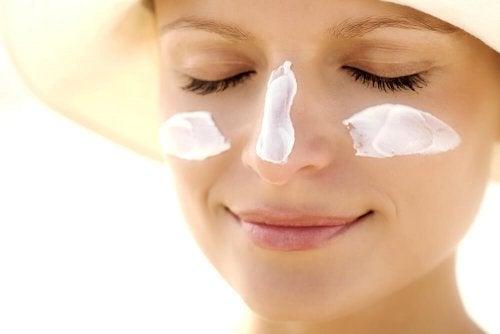 استخدام واقي الشمس على وجهك