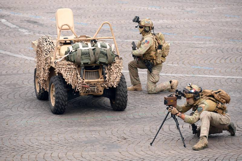 الجنود الفرنسيون يؤدون تمرينا أمام رئيس فرنسا والقادة الأوروبيين الآخرين لهذا العرض. AFP ليونيل بونافينتور