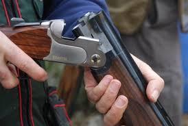 Niño hiere joven al disparar escopeta