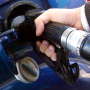 Bajan precios gasolinas y sube el gas