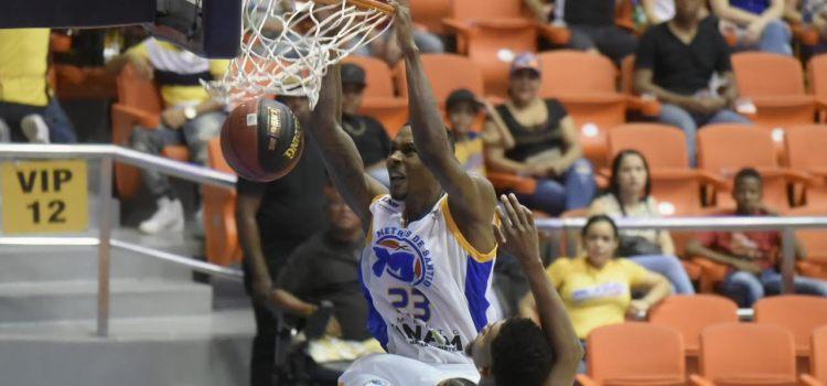Metros vencen los Huracanes en baloncesto