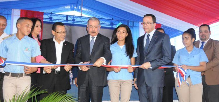 Presidente Medina inaugura dos escuelas