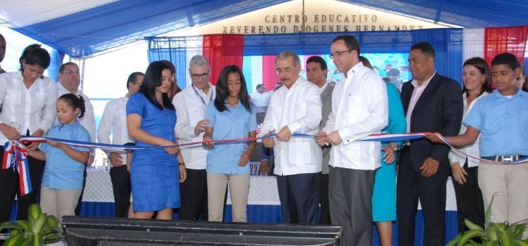Danilo entrega dos centros educativos