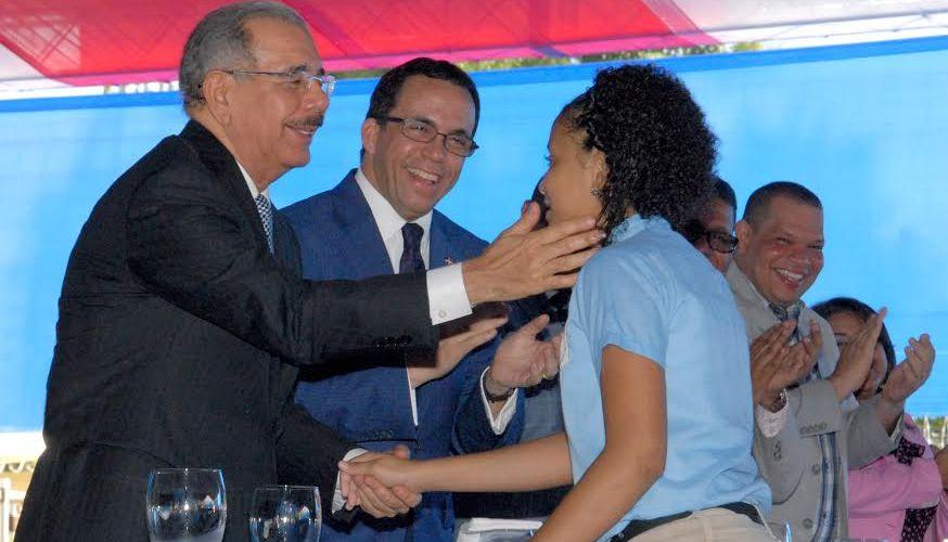 Danilo entrega escuela en Sabana Perdida