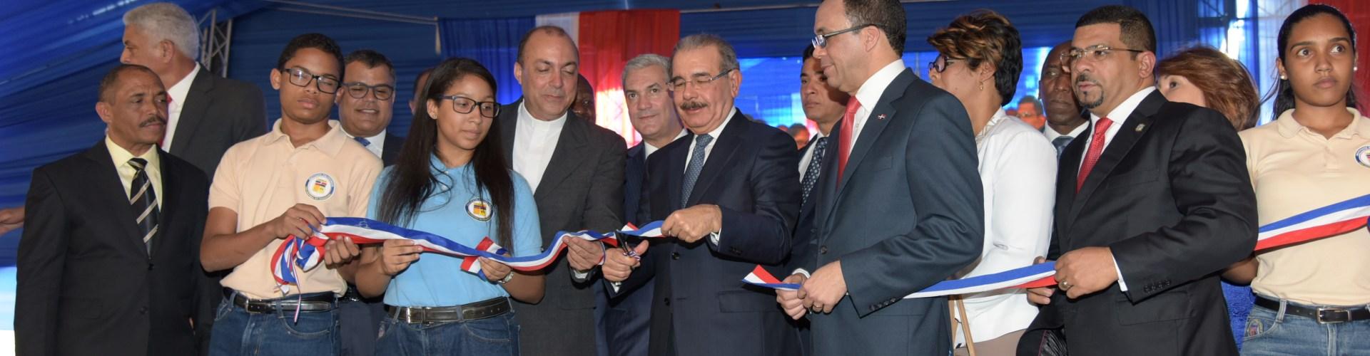 Medina entrega escuela de 36 aulas