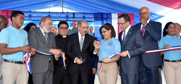 Medina inaugura otra escuela en SDE