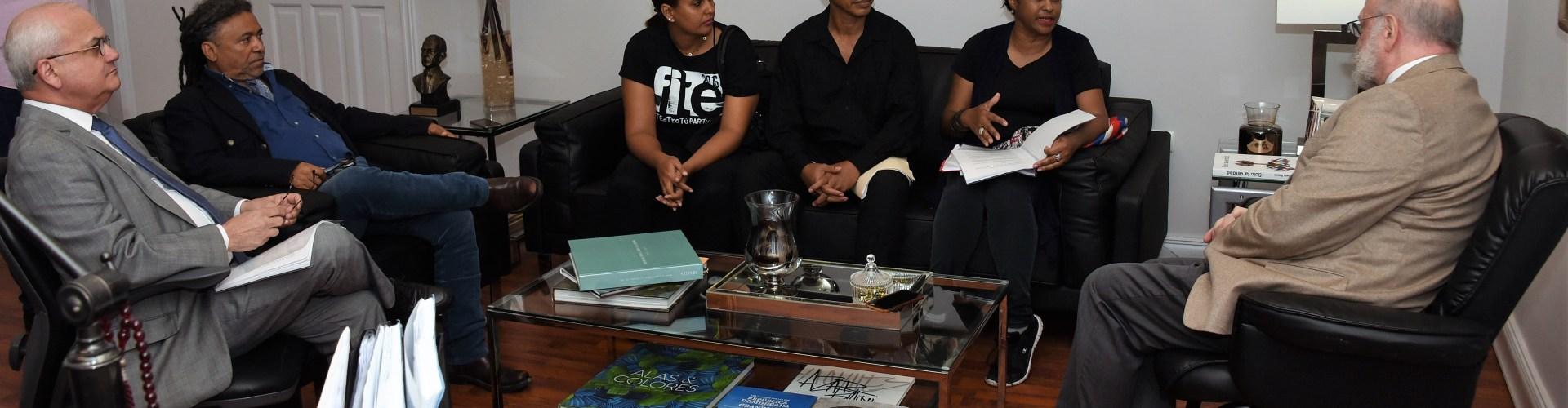 Ministro de Cultura recibe grupo teatristas