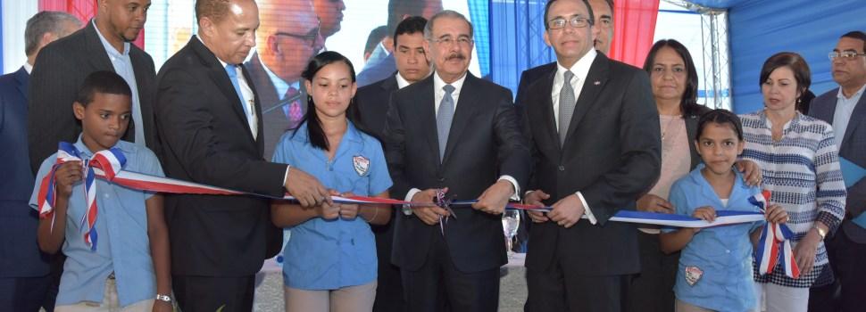 Medina entrega otra escuela en La Vega