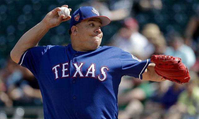 Colón sigue con Rangers de Texas