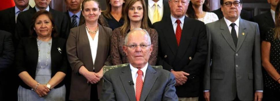 Escándalos obligan renunciar presidente Perú