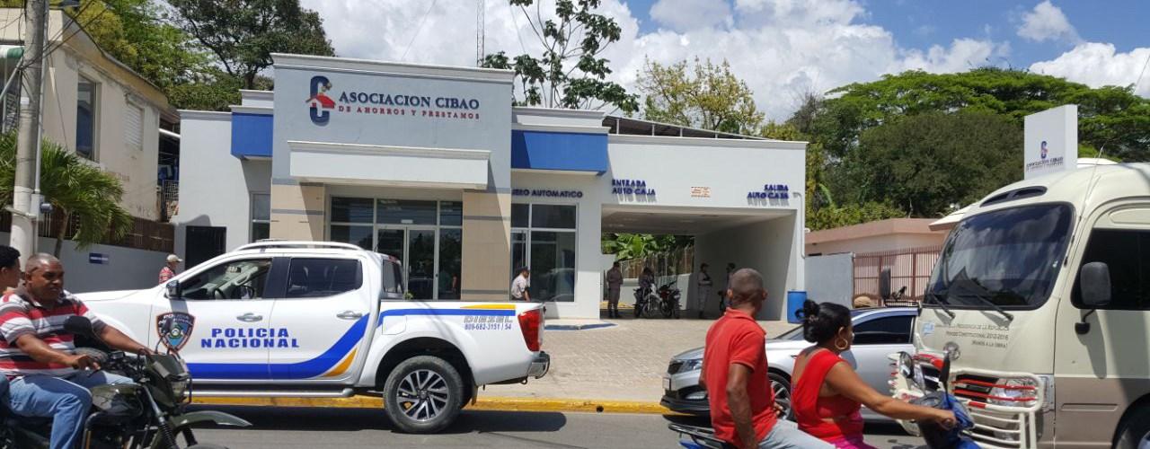 Buscan responsables asalto a banco