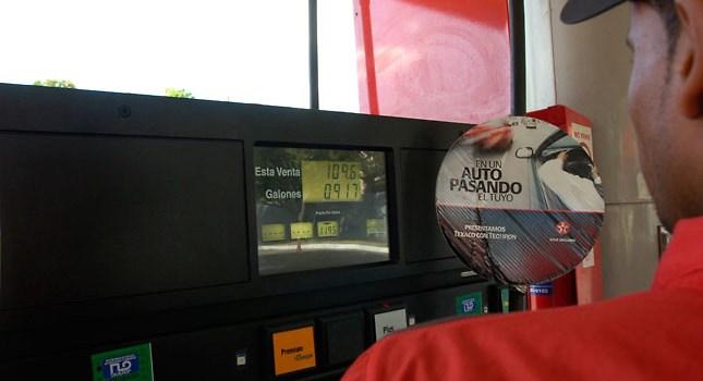 Otra vez reducen precios de los combustibles