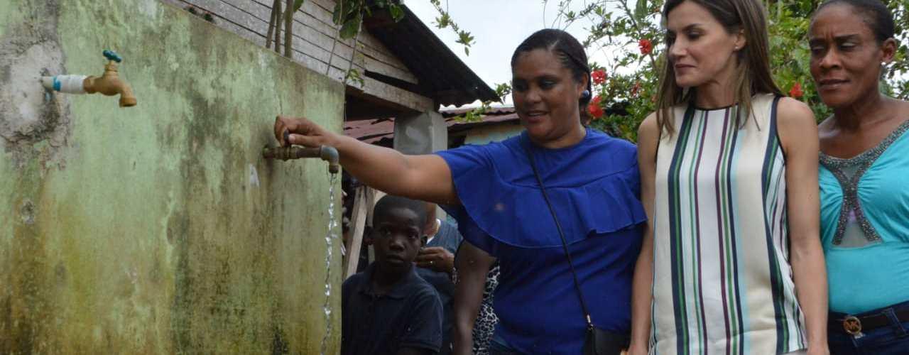 Reina Letizia visita proyecto distribución agua