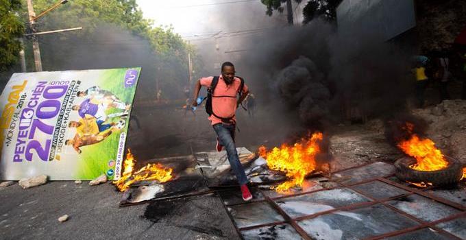 Haitianos rechazan aumento combustibles
