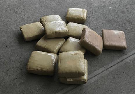 Policía decomisa 12 paquetes de marihuana