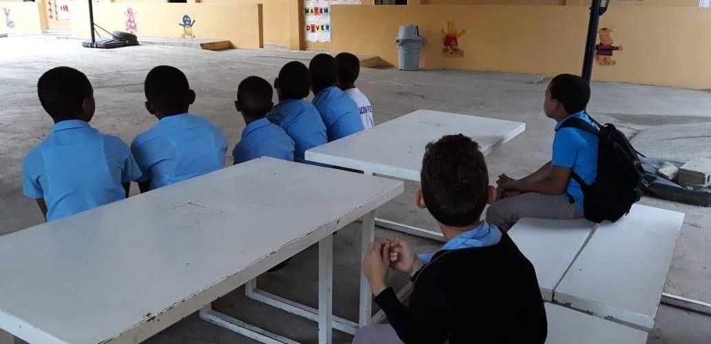 Niños fuera de aulas por falta butacas