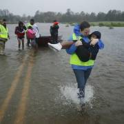 Huracán desborda ríos y obliga arescate