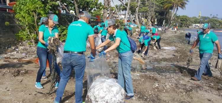 Colaboradores Edenorte limpian playa Puerto Plata