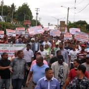 Policías y choferes se enfrentan en marcha