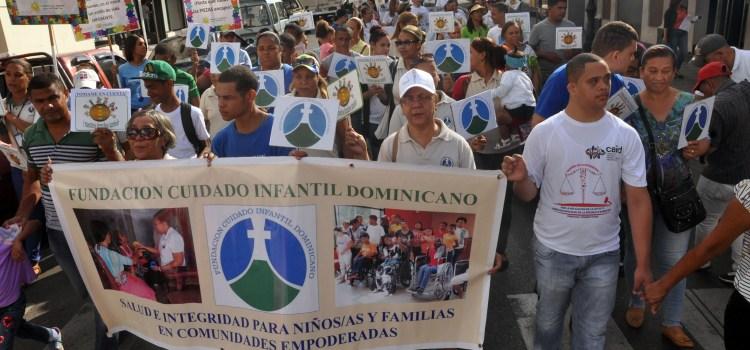 Discapacitados físicos celebran caminata