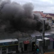 Incendio afecta cuatro propiedades centro ciudad