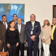 Estudiantes y profesores en Consulado dominicano