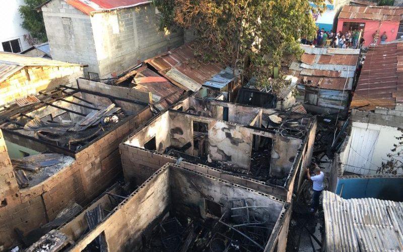 Incendio destruye cinco casas en barrio Libertad