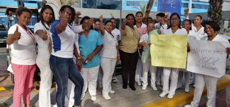 Enfermeras en huelga, pero otras laboran