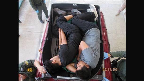 Hallan dos indocumentados dentro de maleta