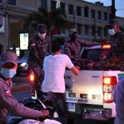 Decenas personas detenidas por violar toque de queda