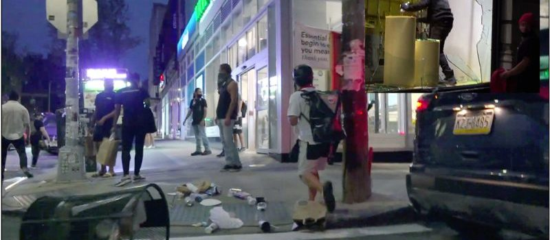 Miembros del grupo Antifa saquean negocios