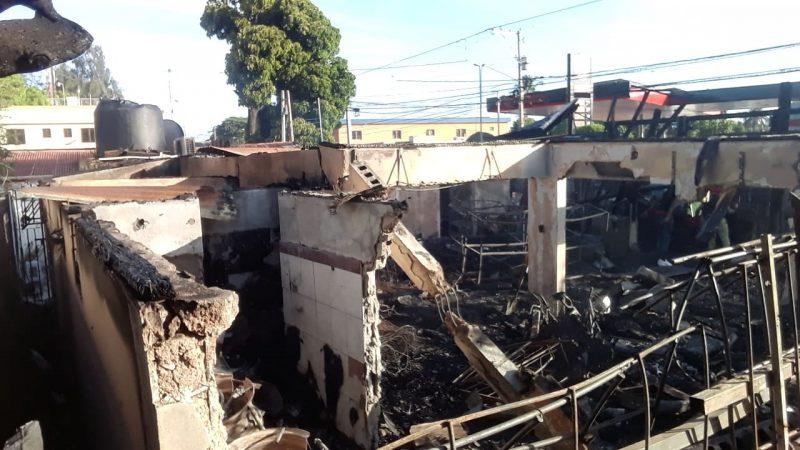 Fuego destruye dos negocios con pérdidas millonarias