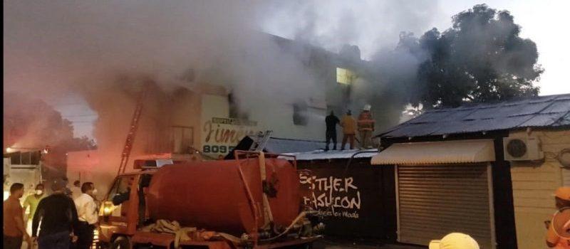 Incendio afecta edificio y el humo a tres personas