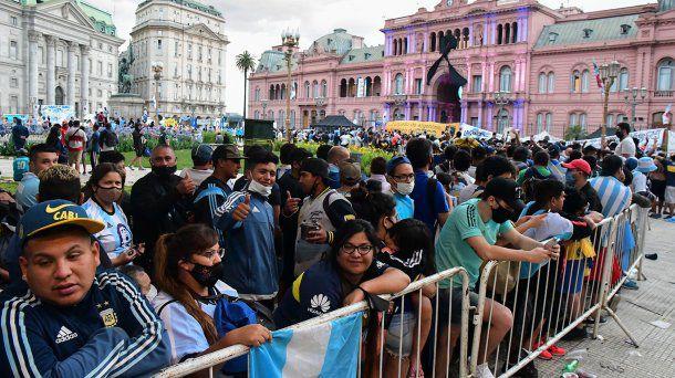 Millares de personas inician despedida de Maradona