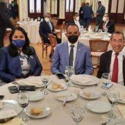 Abinader almuerza con líderes políticos