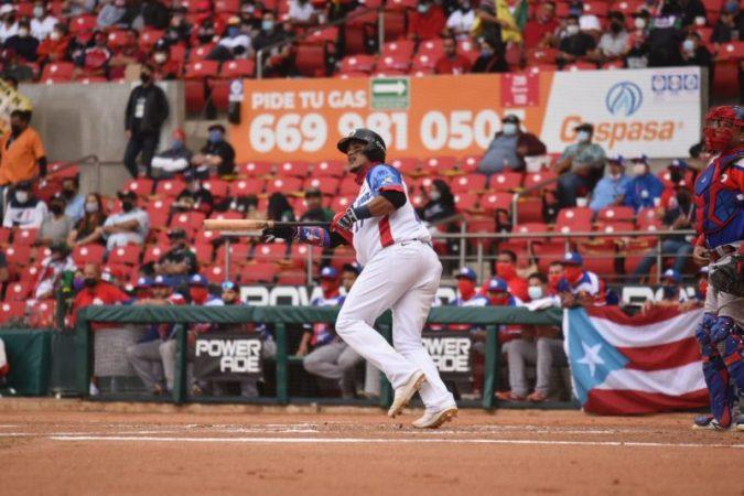 Juan Lagares observa el batazo