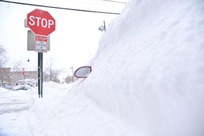 Auto sumergido en la nieve en Guttenberg, New Jersey