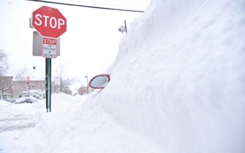 Rescatan mujer fue atrapada dentro de van por nevada