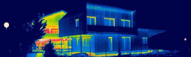 Termografía: Vivienda Pasiva en Berríkano en primer plano y Casa tradicional en segundo plano