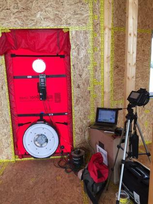 Test Blower door: Imagen durante la realización del ensayo