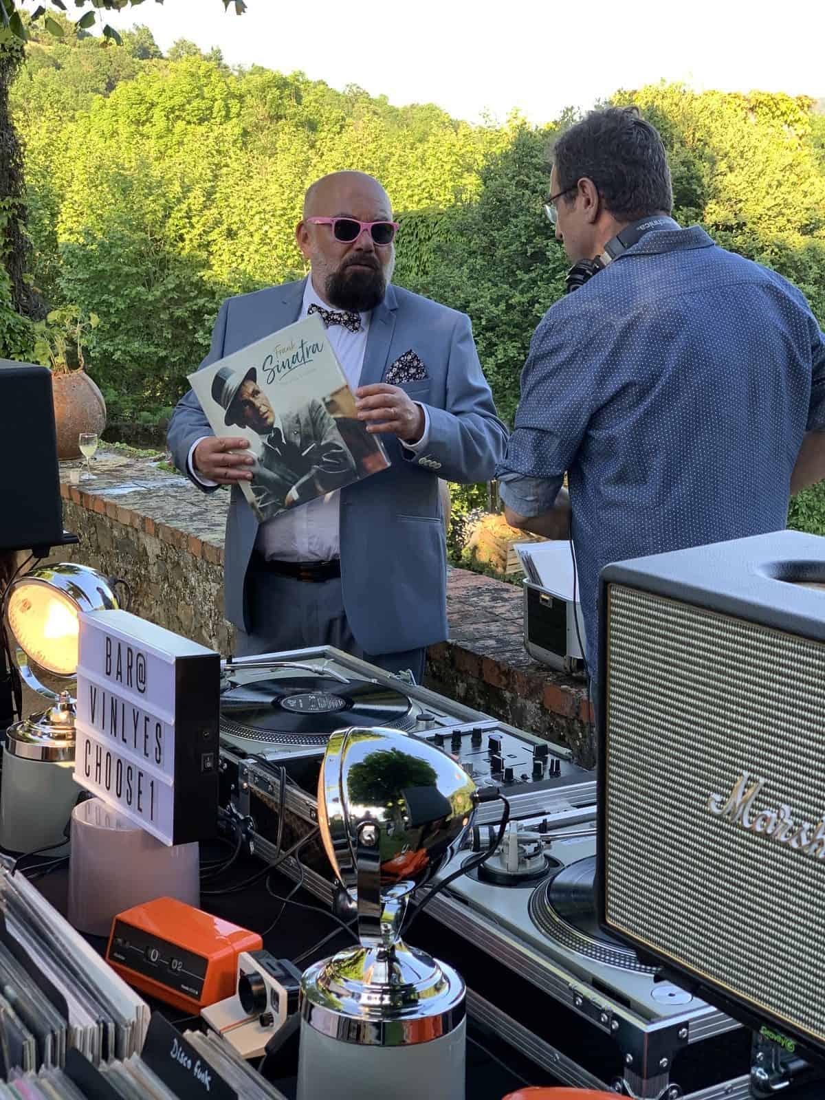 bar à vinyles à lyon pendant un cocktail de mariage