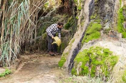 ... podemos mojar la cesta para que las tiras de caña se igualen en sentir..